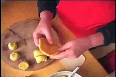 Làm dẹt các khoanh bánh để cho nhân vào
